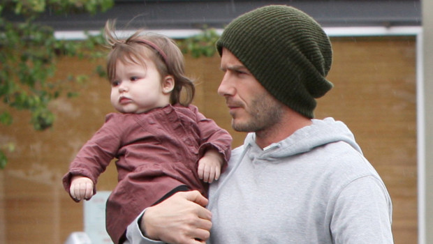 Harper Seven Beckham dans les bras de son footballeur de papa, le 17 mars 2012 à Santa Monica en Californie.