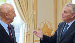 Remise à Paris à Jean-Marc Ayrault du rapport très attendu de Louis Gallois le 5 novembre 2012