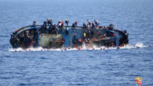 Des images saisissantes, diffusées mercredi par la Marine italienne, montrent en direct le naufrage dramatique d'un bateau de migrants au large des côtes libyennes, le 25 mai.