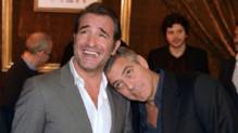 Jean Dujardin et George Clooney lors de la conférence de presse du film Monuments Men à Paris en février 2014
