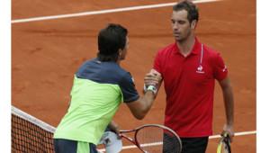 Les joueurs de tennis Richard Gasquet et Carlos Berlocq ont vu leur match intérompu par une balle lancée par Teddy Riner sur leur court à Roland-Garros, le 29 mai 2014.