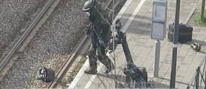 Un démineur s'approche puis se jette à terre : les images de l'interpellation à Schaerbeek