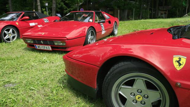 Plusieurs Ferrari dont à droite la Ferrari Testarossa