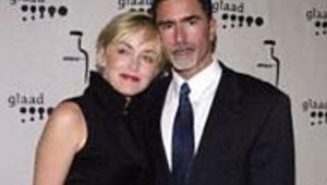 Sharon Stone croise les jambes