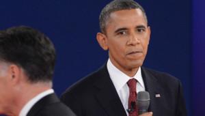 Barack Obama et Mitt Romney (de dos) lors du deuxième débat de l'élection américaine le 16 octobre 2012.