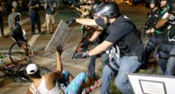 Nouveaux affrontements entre des manifestants et la police américaine à Ferguson, dans le Missouri, dans la nuit du 18 au 19 août.