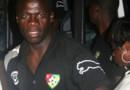 Un joueur du Togo arrivant à l'aéroport, en Angola, pour prendre l'avion pour le Togo.