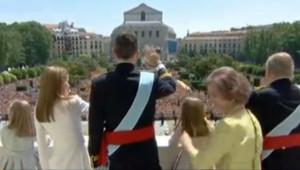 Felipe VI, la reine Letizia et leurs filles saluent la foule depuis le balcon du Palais Royal le 19 juin 2014
