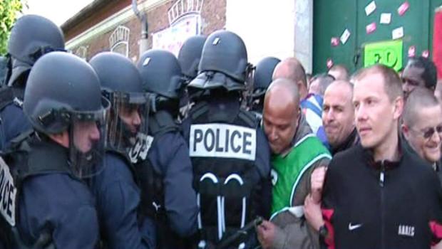 Gendarmes et personnels pénitentiaires devant la prison de Fresnes, le 4 mai 2009
