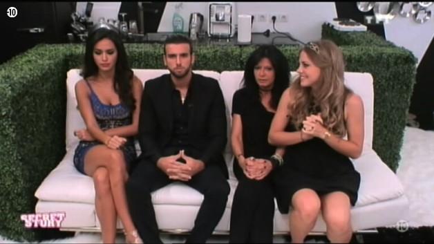 L'Hebdo débute par une annonce de la Voix à Sara, Leila, Nathalie et Aymeric : ils vont réintégrer la Maison des Secrets.