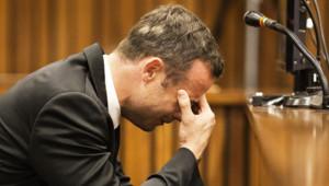 Oscar Pistorius craque lors du quatrième jour d'audience à l'évocation par un témoin des blessures de Reeva Steenkamp, le 6 mars 2014.
