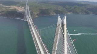Ses pylônes sont aussi haut que la Tour Eiffel, un nouveau pont bat tous les records