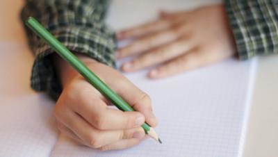 Un enfant dans une salle de classe (Image d'illustration)