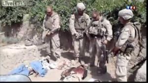 Afghanistan : image tirée de la vidéo dans laquelle des Marines urinent sur des cadavres
