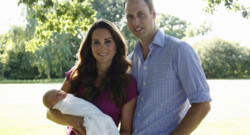 Premiers portraits officiels pour Kate, William et George. Août 2013.