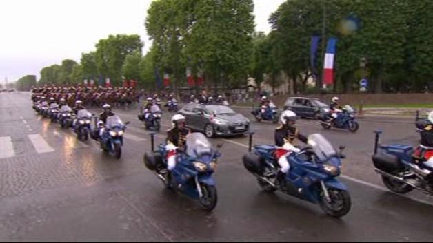 A l'issue de la passation de pouvoirs et de la cérémonie d'investiture à l'Elysée, François Hollande fait son arrivée sur la plus belle avenue du monde.