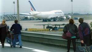 Passagers s'apprêtant à embarquer à l'aéroport de Roissy-Charles-de-Gaulle (archives)