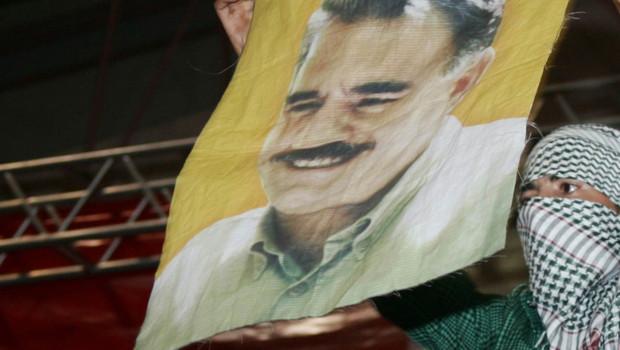 Archives : militant kurde brandissant un portrait d'Abdullah Öcalan, leader du PKK, Ankara, 4/10/2009