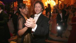 Elisabeth Senghor, arrière petite-nièce de Léopold Sédar Senghor, dansant avec Stéphane Bern lors du Bal des Débutantes 2006.