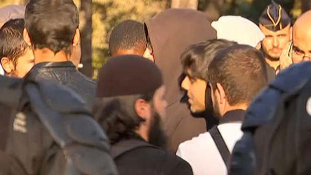Un rassemblement non déclaré de musulmans intégristes protestant contre le film anti-islam qui a déjà embrasé le monde arabe s'est tenu samedi devant l'ambassade américaine à Paris.