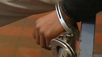 Un jeune homme menotté en garde à vue. TF1/LCI