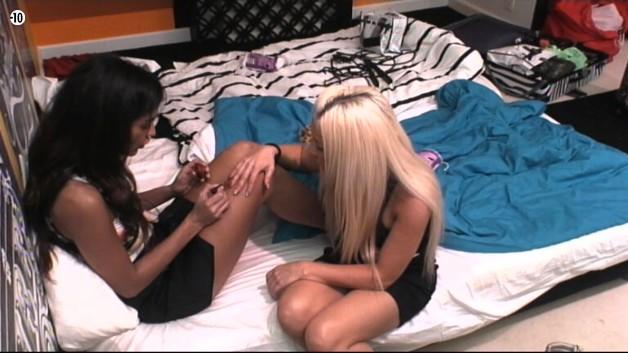 Julie demande à Leila de lui poser du vernis à ongles rouge.
