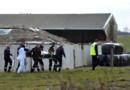 Un blessé évacué de la ferme pédagogique de Pont-sur-Sambre, où la chute d'un silo à grain a blessé plusieurs collégiens le 8 mars 2016.
