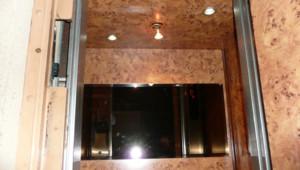 L'intérieur de la cabine d'ascenseur