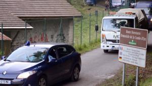 Le convoi transportant la voiture dans laquelle ont été retrouvées les victimes de la tuerie en Haute-Savoie.