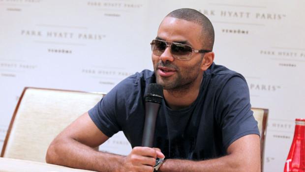 Tony Parker pendant sa conférence de presse à Paris où il explique les circonstances de sa blessure à l'oeil gauche. Le 15 juin 2012.