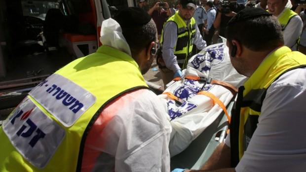 A Jérusalem, deux assaillants ont ouvert le feu et poignardé des passagers dans un bus de la ville, tuant une personne et en blessant cinq, mardi 13 octobre.