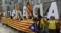 Des partisans de l'indépendance de la Catalogne manifestent à Barcelone.