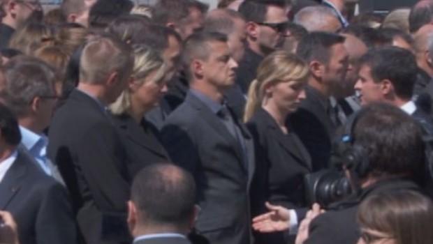 Hommage aux policiers tués : un fonctionnaire refuse de serrer la main à Valls (17/06)