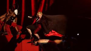 Madonna chute sur la scène des Brit Awards le 25 février 2015