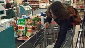 Consommation magasin course ménagère chariot pouvoir achat lait