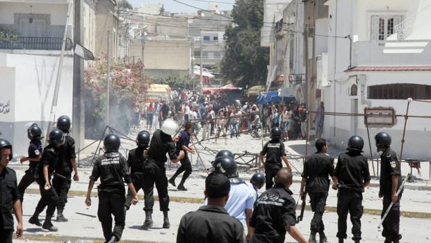 Des policiers font face à des manifestants à Tunis, le 12 juin 2012.