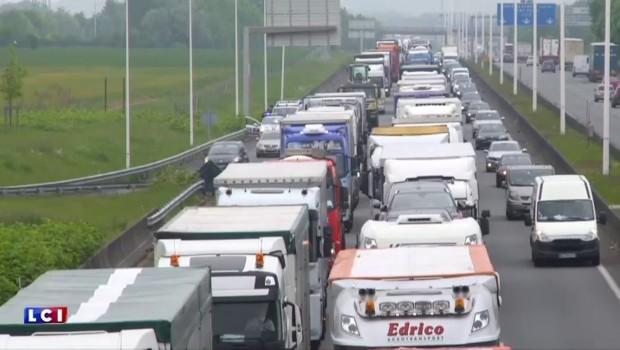 Manifestations contre la loi Travail : opération escargot sur l'A1, près de Lille