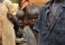 Enfants attendant une distribution de nourriture dans le camp de réfugiés de Dadaab, Kenya, 4 août 2011