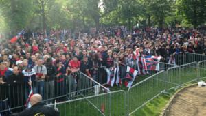 La foule amassée devant la tribune presse