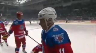 Plus sportif que jamais, Poutine s'offre un match de hockey pour son anniversaire