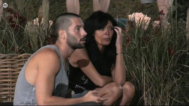 Mam's rejoint désormais Steph. Elle lui confie qu'elle trouve Aymeric prétentieux. Steph est toujours agacé par les propos de Jess de ce soir.