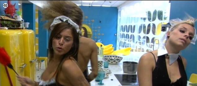 Anaïs et Alexia s'attaquent à la vaisselle... en chantant.