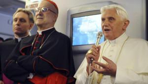 Benoît XVI dans l'avion pour le Cameroun