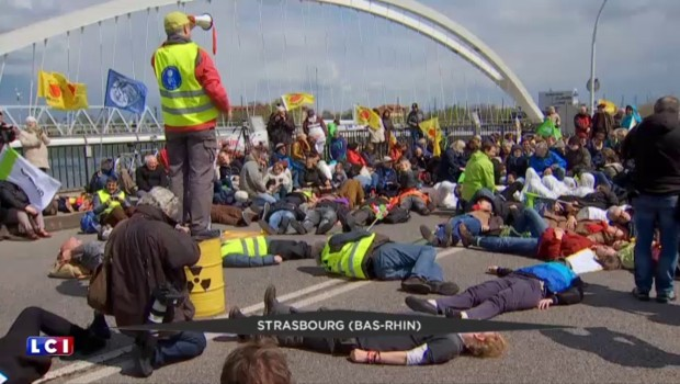 Des opposants au nucléaire français, allemands et suisses manifestent sur 7 ponts du Rhin
