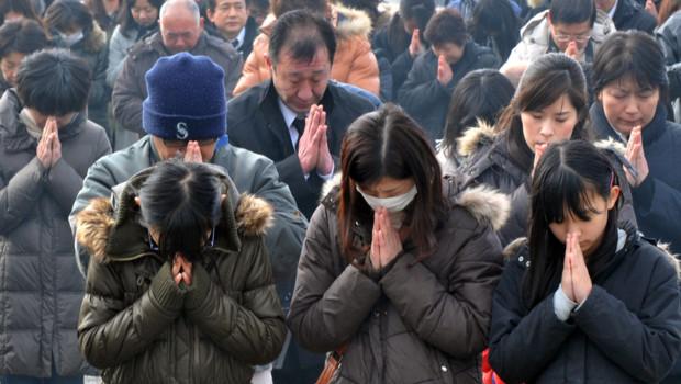 http://s.tf1.fr/mmdia/i/14/5/prieres-au-japon-pour-le-premier-anniversaire-du-tsunami-11-mars-10661145tvjeu_1713.jpg?v=1