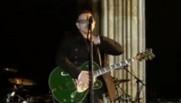Bono jouant de la guitare à Berlin, en 2009