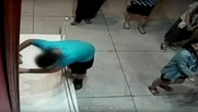 Un adolescent chute sur un tableau à 1,5 millions de dollars dans un musée à Taïwan