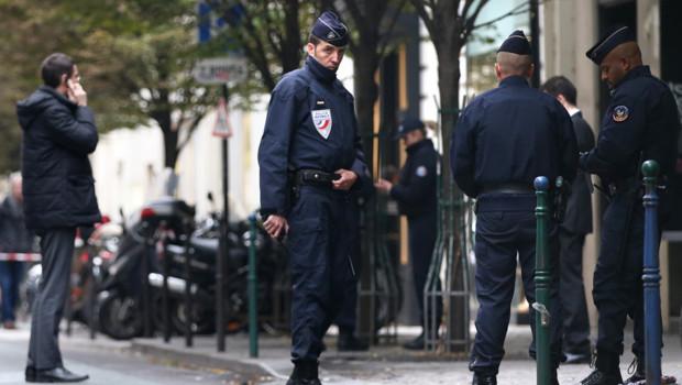 Des policiers surveillent l'entrée de la rédaction de Libération, après une fusillade qui a fait un blessé grave.