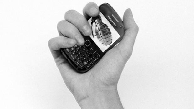 http://s.tf1.fr/mmdia/i/14/7/le-blackberry-arme-d-emeutiers-photomontage-10514147rroch_1713.jpg?v=1