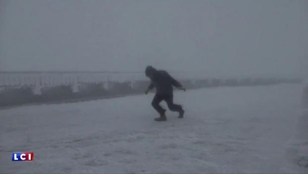 Face à des rafales à plus de 200 km/h, un homme se livre à la danse du vent